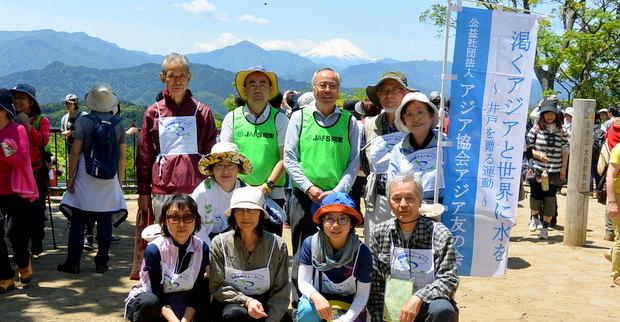 高尾山山頂で富士山をバックに