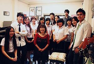 瀬田敦子さんと生徒たち