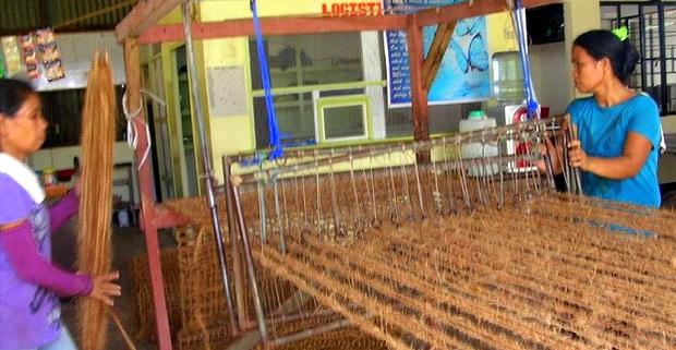機織り機で網を編んでいく女性達