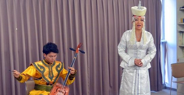 馬頭琴の演奏と故郷の歌