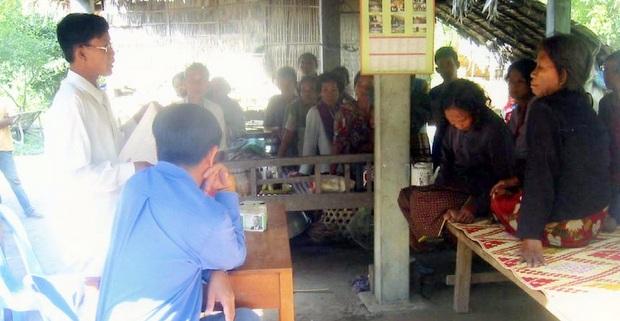 KAFSと村長、村人との話し合い