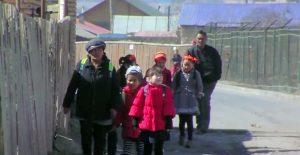 遠方の学校へ通う子供たち