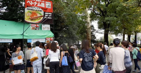 グローバルフェスタ2013 飲食ブースは長蛇の列
