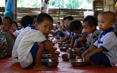 配食を受けている子どもたち(カチン州)