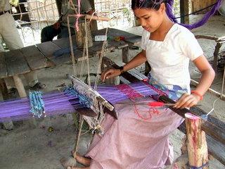 伝統的な機織を営む村の女性