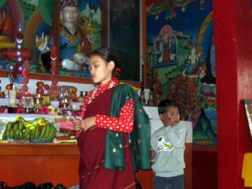 新年、お寺で1年の幸せを願って祈りを捧げる子どもたち