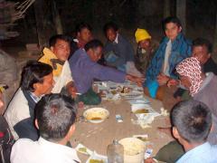 井戸建設の話し合いをするラカイン村の人たち