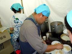 グローバルフェスタ2012 飲食ブースでの調理風景