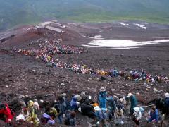 富士山頂を目指す登山者たち