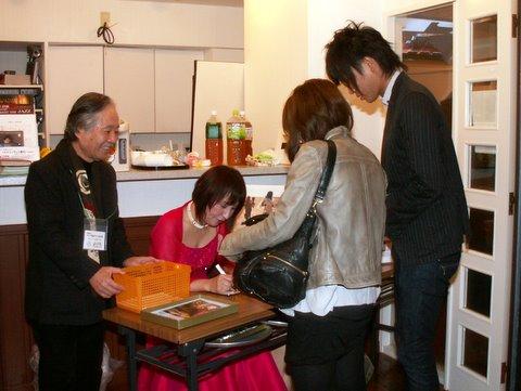 チャリティコンサート サインする瀬田さん